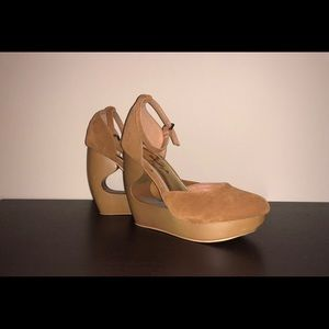 Gently used: Fashionable Tan heal strapped wedges